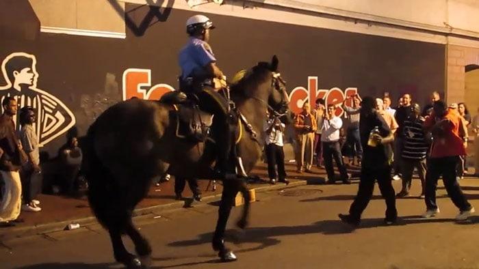 Photo of PREDIVNO: Policijski konj čuo muziku i ZAPOČEO PLES (VIDEO)