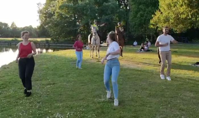Photo of Pogledatje kako dva policijska konja IGRAJU SALSU (VIDEO)
